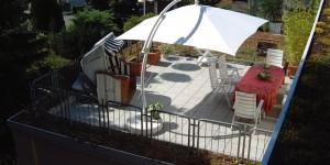 mit Terrassenplatten und Dachbegrünung